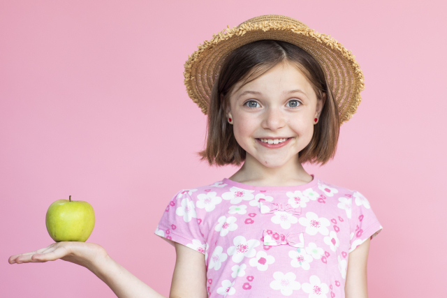 りんごを持っている女の子