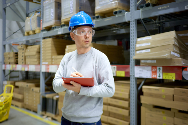 倉庫で働く男性
